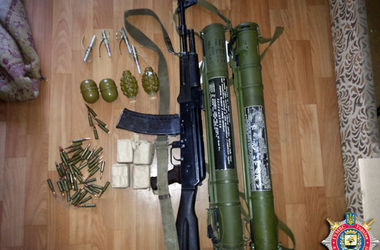В доме воюющего в Донецке боевика нашли гранатометы и боеприпасы