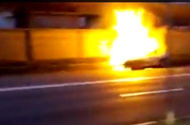 В сети появилось видео аварии с участием патрульной полиции и горящей машины