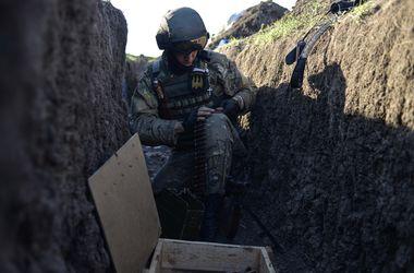 Как проходит день на передовой на Донбассе: полночи обстрелов и гимн Украины под гитару