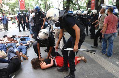 В Турции полиция бесцеремонно разогнала протестующих