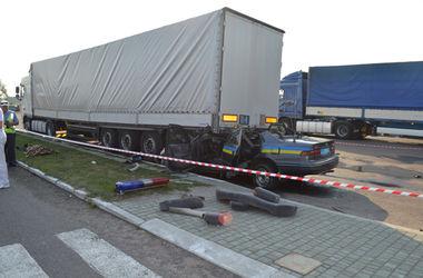 В Ровенской области авто ГАИшников въехало в припаркованный грузовик: погиб милиционер