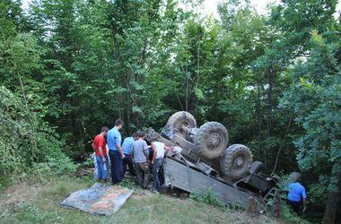 На Закарпатье грузовик с людьми рухнул в пропасть