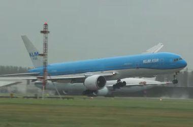 В сети появилось видео, как Boeing чуть не разбился в аэропорту в Нидерландах