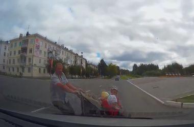 Отец с тремя детьми бросился под иномарку