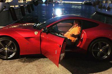 Потап из-за большого живота застрял в Ferrari
