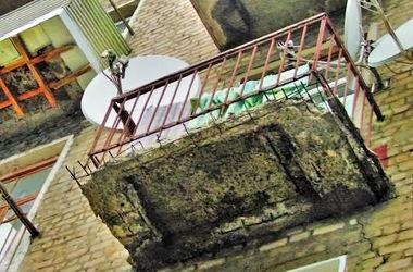 В Питере часть балкона рухнула на беременную женщину