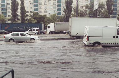 Ливень в Киеве: в городе остановились трамваи, а в Киевраде протекает крыша
