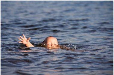 На запорожском курорте родители обнаружили своего мертвого ребенка на пляже