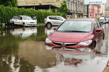 После дождя на киевской улице машины оказались под водой