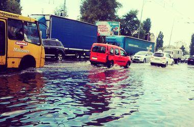 Последствия киевского ливня: люди ходят по щиколотку в воде, а трамваи и троллейбусы останавливаются