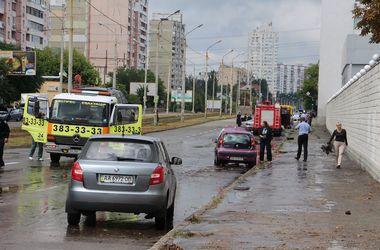 Киевские пожарные спасли из воды машины, застрявшие из-за ливня