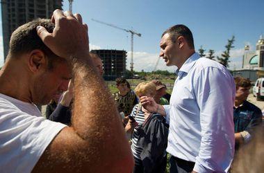 В Киеве заморозили скандальную стройку на Никольской Слободке