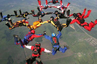В Харькове парашютисты установили рекорд