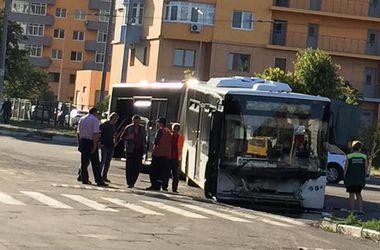 В Киеве передние колеса автобуса провалились под землю