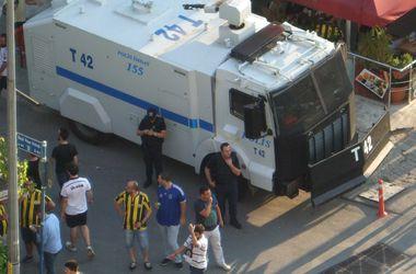 """Перед матчем """"Шахтера"""" в Стамбуле у стадиона появились полицейские водометы"""