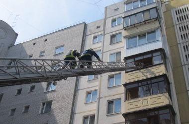 Под Киевом пожарные спасли маленького мальчика