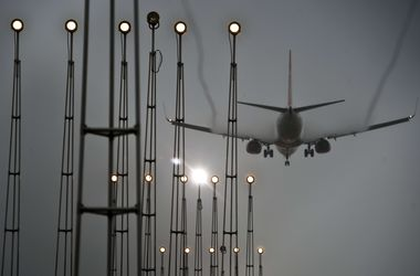 В римском аэропорту бушует пожар