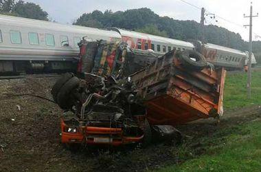 В России поезд столкнулся с КамАЗом, есть пострадавшие
