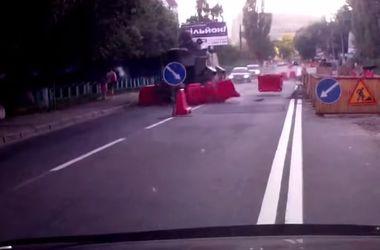 В Киеве броневик на большой скорости снес ограждения