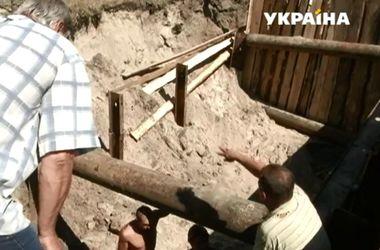 В Киеве провалились сразу две полосы проезжей части