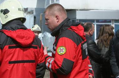 Киевские пожарные спасли бабушку, застрявшую на балконе