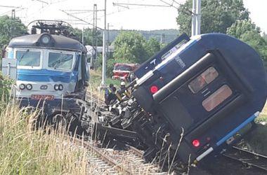 В Чехии один пассажирский поезд сошел с рельсов и протаранил другой