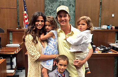 Смотреть Супруга Мэттью МакКонахи получила гражданство видео