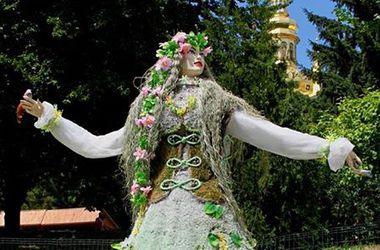 """На киевской клумбе поселилась """"лесная фея"""""""