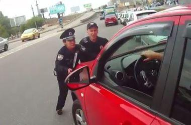 Блондинку, чуть не переехавшая полицейских, угрожала мужем-милиционером и может лишиться прав