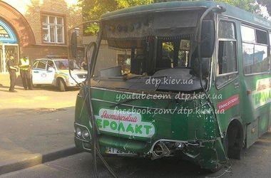 В Киеве произошло серьезное ДТП: маршрутка столкнулась с внедорожником