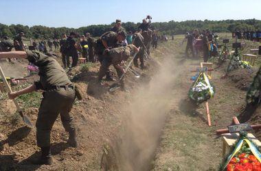 Возле Запорожья похоронили 57 неопознанных бойцов, погибших на Донбассе