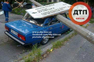 В Киеве пьяный водитель снес столб, покалечил прохожего и пытался сбежать
