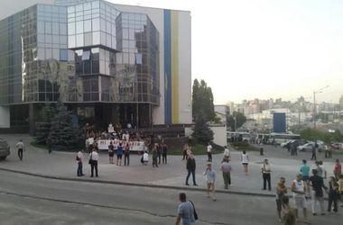 Дубль два: активисты принесли шины под здание Голосеевской РГА и перекрыли дорогу