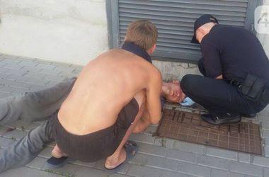 В Киеве до полусмерти избили посетителя магазина