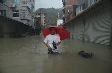 """Шокирующее видео: тайфун """"Соуделор"""" отрывал от земли грузовики и даже самолеты"""