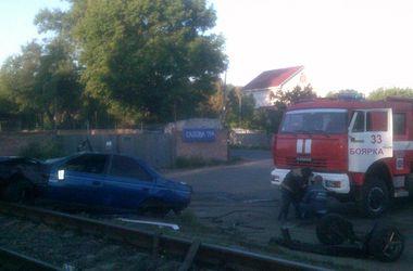 Под Киевом машина вылетела на ж/д пути, пострадала молодежь