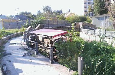 В Крыму грузовик рухнул в реку