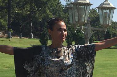 Эвелина Бледанс на отдыхе в Турции носит платье в стиле Аллы Пугачевой (фото)