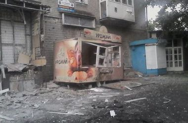 Последствия жестокого обстрела Донецка: двое погибших и десятки домов в руинах