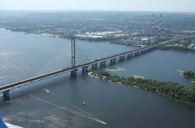 В Киеве катер с пассажирами застрял посреди Днепра