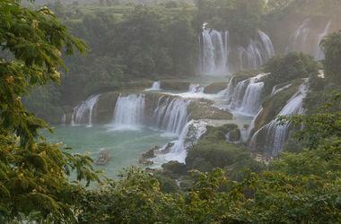 В Китае мальчик выжил после падения в 16-метровый водопад