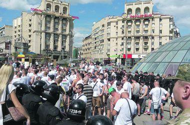 После массовой драки футбольные фаны в Киеве ходят вместе пить пиво