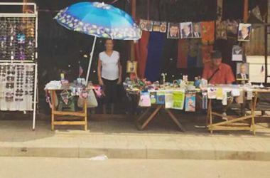 На пепелище обстрелянного рынка в Донецке продают портреты Путина
