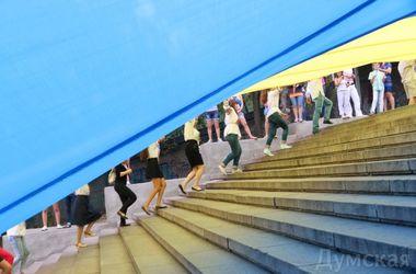 В Одессе на Потемкинской лестнице развернули 24-метровый флаг Украины