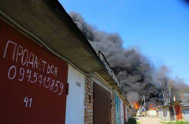 В Буче продолжает бушевать пожар на промпредприятии