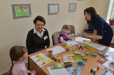 Психологи штаба Ахметова в Мариуполе учат родителей справляться с детскими травмами