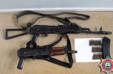 В Донецкой области на блокпосту нашли автоматы и боеприпасы