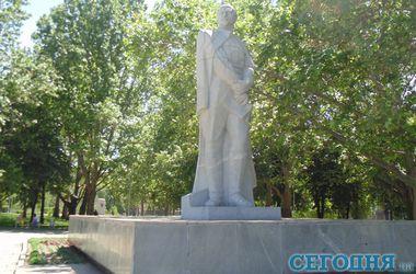 """Декоммунизация по-украински: в маленьких городах ищут """"крайних"""", а в больших жалуются в мэрию"""
