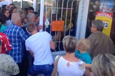 Россияне устроили давку у магазина из-за больших скидок