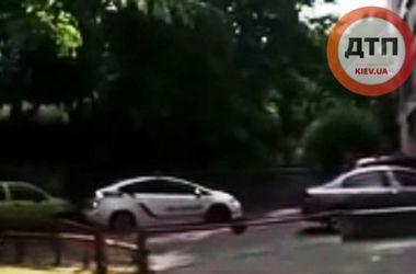 В Киеве патрульные полицейские протаранили авто на стоянке
